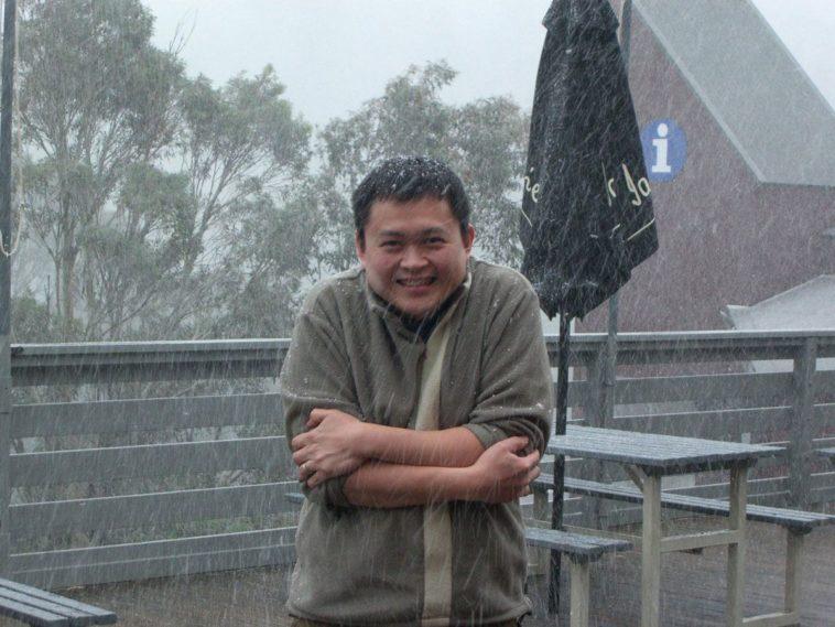 Un uomo fuori mentre nevica sente dei brividi