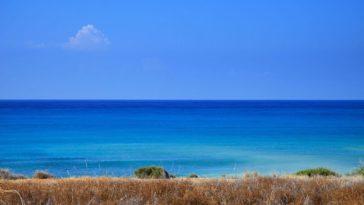 Panorama con mare blu e cielo azzuro