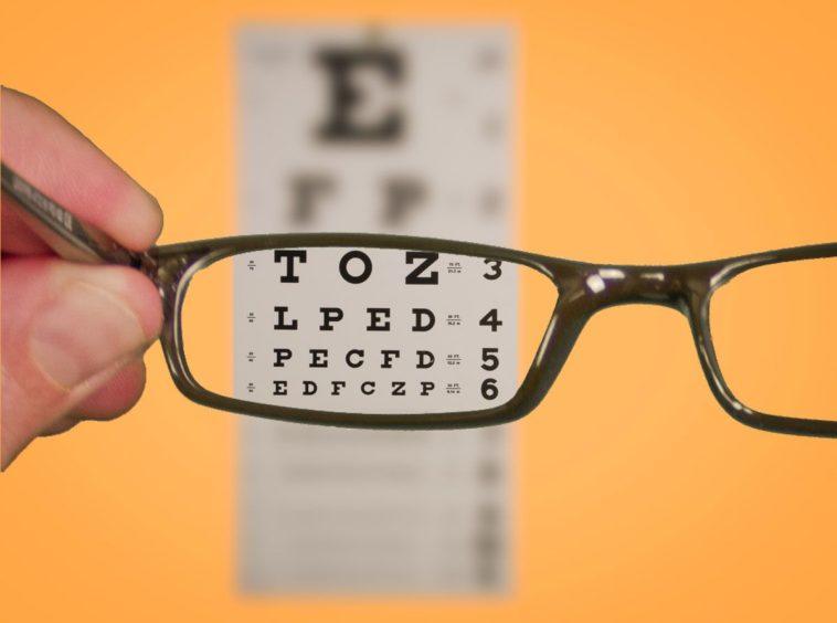 Esame della vista. Si dice che guardare immagini hot conduce alla cecità?