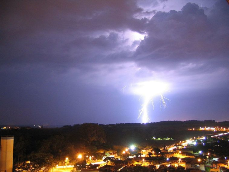 Foto di un temporale di notte. Fulmine e successivo tuono