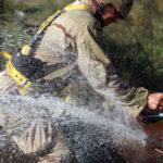 Un navy ripara una conduttura dell'acqua