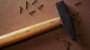 Un martello e dei chiodi