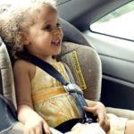 Una bambina in automobile: spesso i più piccoli soffrono di mal d'auto