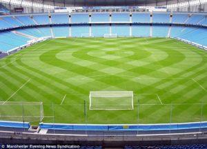 Campo da calcio con strisce particolari.