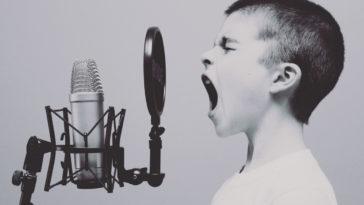 Un bambino che canta.