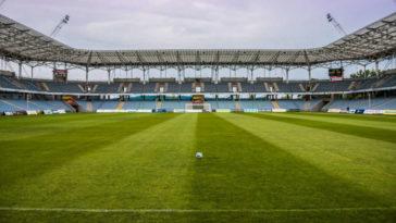 Un campo da calcio con le strisce orizzontali