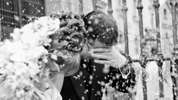 Coppia di sposi durante il lancio del riso alla fine del matrimonio