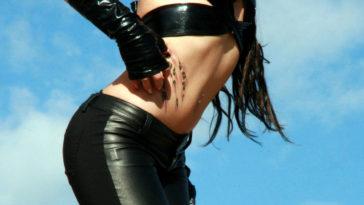 Una ragazza sfoggia un tatuaggio molto sensuale sulle maniglie dell'amore