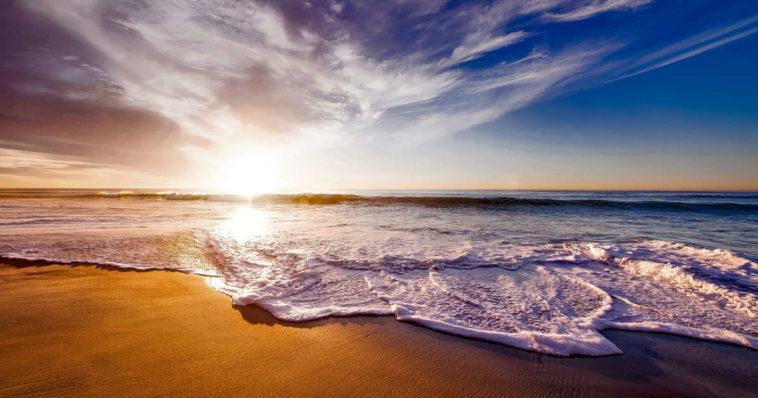 Foto del mare al tramonto.