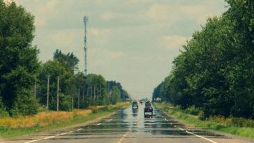 Foto del miraggio dell'asfalto bagnato, spesso succede d'estate, con il caldo.