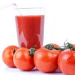 Un bicchiere di succo di pomodoro.