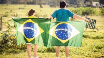 Ragazzi con bandiera del Brasile, parlano portoghese