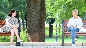 Due signore al parco parlano ma un silenzio troppo lungo creerebbe imbarazzo