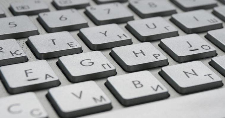 Sulla tastiera bianca la f e la j hanno una piccola riga o un trattino in rilievo