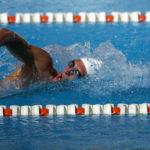 Nuotatore che pratica uno stile di nuoto.