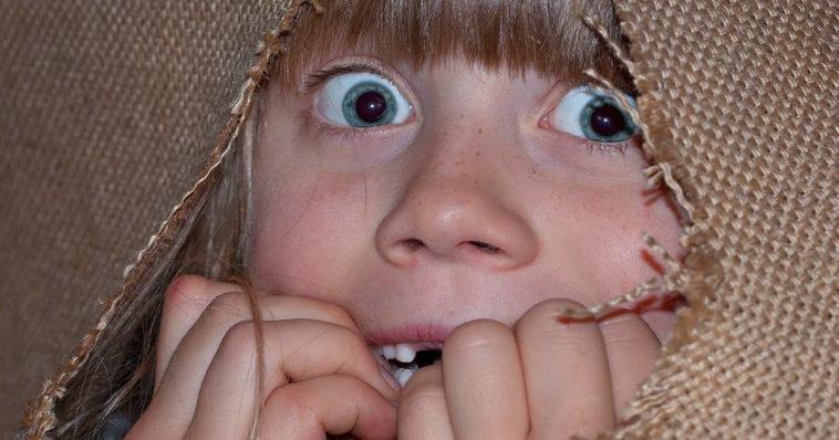 Bambina terrorizzata ha paura e si nasconde