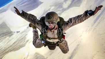 Paracadutista militare durante una esercitazione.