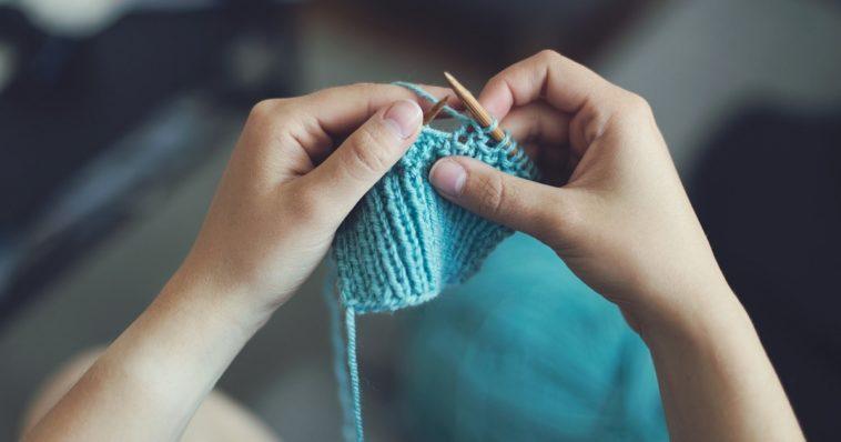 Persona che cuce a maglia