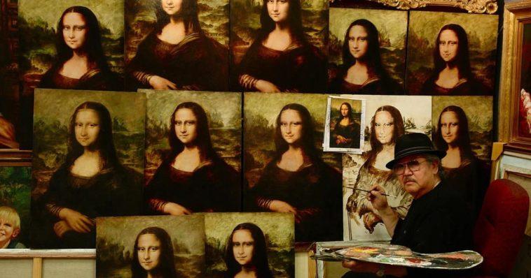 Un pittore realizza molteplici copie della Gioconda di Leonardo da Vinci.