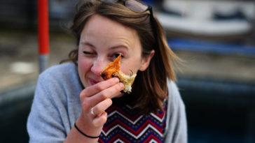 Una ragazza che mangia della pizza.