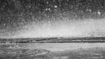 Stop-motion di pioggia in caduta libera vicino l'asfalto.
