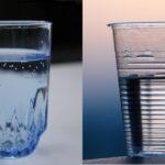 Un bicchiere di plastica e uno di vetro affiancati