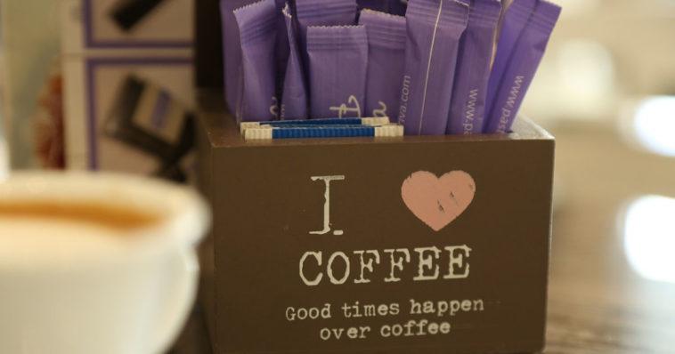 Bar contenitore bustine caffè al posto dei cucchiaini di zucchero