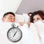 Coppia a letto in procinto di avere un rapporto sessuale di media duratao durata ideale