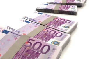 Diversi mazzetti di banconote da 500 euro.