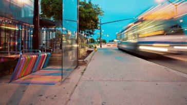 Un marciapiede pieno di macchie, nei pressi di una fermata dell'autobus.