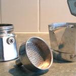 Pezzi di una caffettiera Moka.