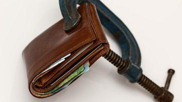 Un portafogli pieno tenuto chiuso da una morsa