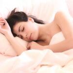 Una bella ragazza dorme su un letto e sogna. Quando durerà il suo sogno? Poi lo dimentica