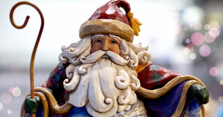 Una statuetta di Babbo Natale per scoprire la sua storia e origini