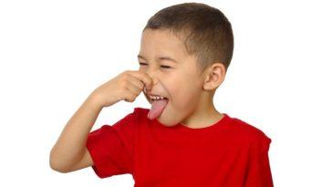 Un bimbo fa un chiaro gesto di sentire cattivo odore