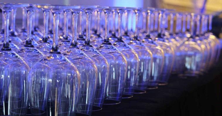 Una lunga serie di bicchieri di cristallo