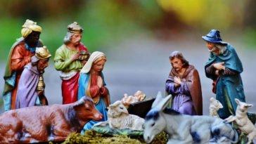 Presepe con sacra famiglia e tre re magi in visita