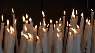 Candele votive nella grotta di Lourdes.