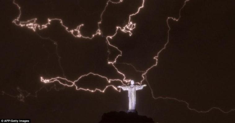 Il Cristo Redentore colpito da numerosi fulmini.