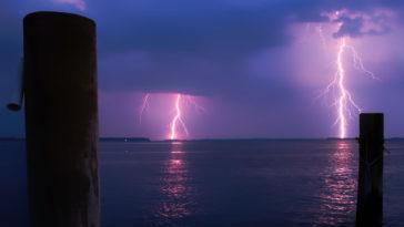 Dei fulmini che colpiscono il mare