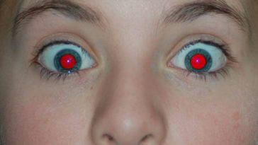 Una foto con gli occhi rossi