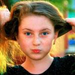 Bambina con capelli lunghi che crescono all'infinito