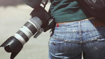 Una ragazza con dei blue jeans si prepara ad affrontare una lunga giornata di lavoro.