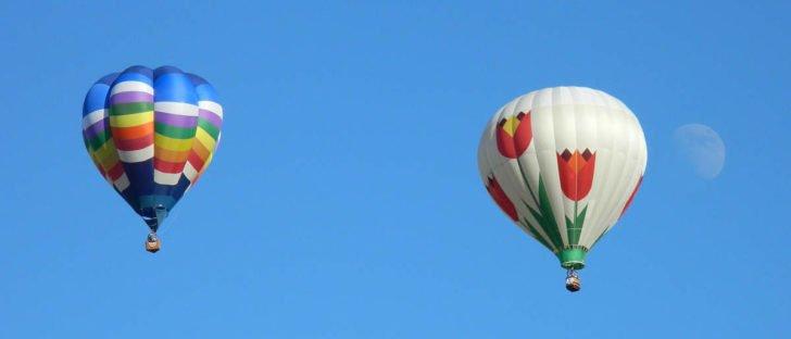 Due mongolfiere volano nel cielo azzuro