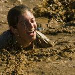 Ragazza nel fango che sembra diarrea