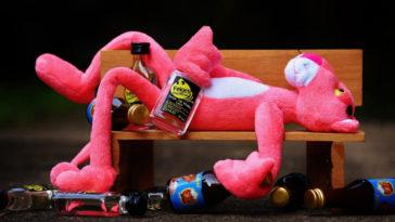 Uno dei rimedi contro l'ubriacatura: distendersi su una panchina.