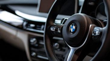 Interni di un'auto nuova bmw che odora di profumo di auto nuova