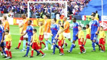 Le squadre di calcio nazionali francia e olanda entrano in campo con dei bambini