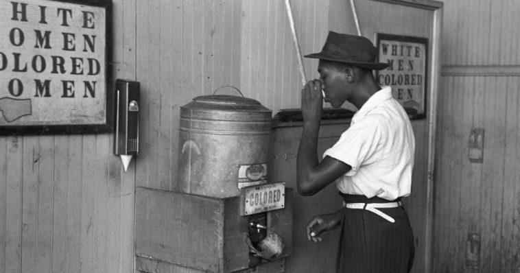 Bianco e nero operaio di colore beve acqua riservata, episodio di razzismo e discriminazione
