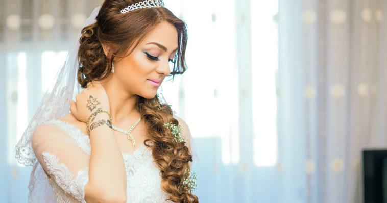 bella sposa in abito bianco prima del matrimonio